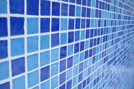 פסיפס מיוחד לבריכה. פסיפס כחול מעורב לבריכה.  הפסיפס מחובר בחיבורי PVC  מאריח אחד לשני.  נותן אחיזה מקסימלית.