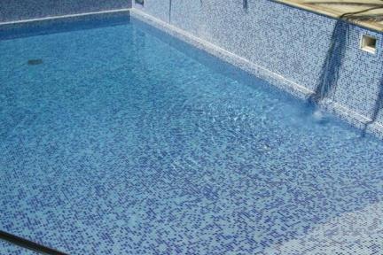 פסיפס מעורב לבריכות שחיה. פסיפס כחול מעורב לבריכה.  הפסיפס מחובר בחיבורי PVC  מאריח אחד לשני.  נותן אחיזה מקסימלית.