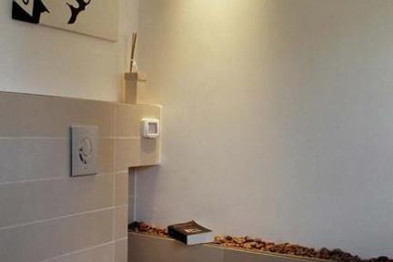 גיל שמעוני-עיצוב אמבטיה. קרמיקה 15X60 בז  אסלה תלויה  מנגנון סמוי
