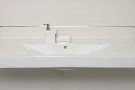 כיור קיר תלוי לאמבטיה L6120. מידה 120X46  צבע לבן  יכול לשמש ככיור קיר  וכיור משטח