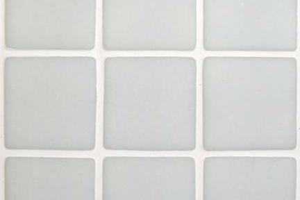 אריחי פסיפס לחיפוי קיר מזכוכית GL1403. פסיפס זכוכית 3.6  לבן מט  על רשת 33*33  מחיר לרשת: 23 שח