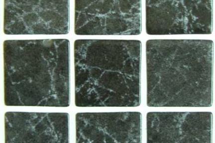 אריחי פסיפס לחיפוי קיר מזכוכית GL1405. פסיפס זכוכית 3.6  אפור גידים מבריק  על רשת 33*33