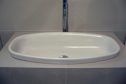 כיור צבעוני לאמבטיה 7710. כיור אובלי/כיור שולחנים  75X37  חצי בפנים  צבע פנינה מט