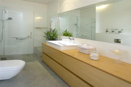 """מקלחת 2. עיצוב: גילי רשף-גול  קהילת סלוניקי 11 ת""""א"""