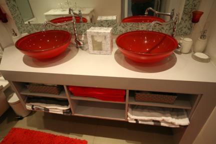 בית בנווה צדק. כיורי זכוכית אדומים באמבטיה