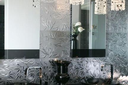 בית בנווה צדק. אמבטיה עם אריחי כסף  ואריחים שחורים  כיורי זכוכית שחורים
