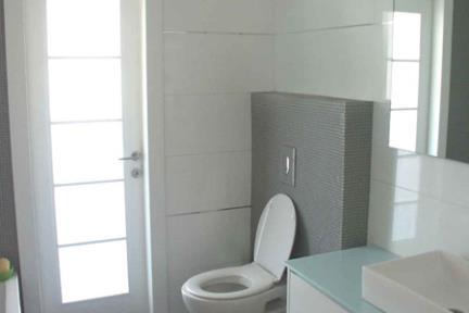 חדר אמבטיה עם פסיפס. עיצוב-אורן אדריכלים