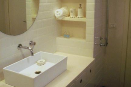 חדר אמבטיה 1. חדר אמבטיה בתל אביב  קרמיקה 10X20 פאזה לבן  כיור מונח מעל ארון  ברזים: BONGIO-ITALY