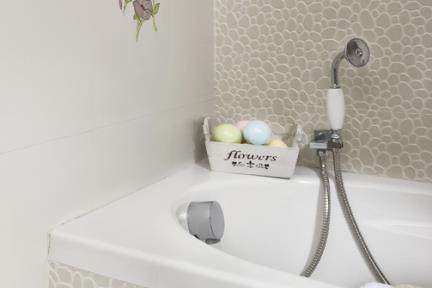 בית בנתניה. עיצוב-אריאלה עזריה  חדר אמבטיה  עם אריחים דמוי חלוקי נחל