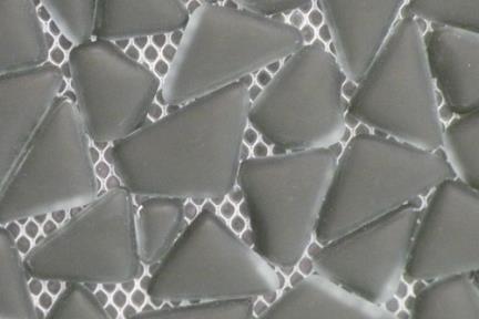 אריחי פסיפס לחיפוי קיר מזכוכית GL1451. פסיפס זכוכית חלוקי נחל שחור מט.