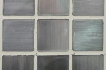 אריחי פסיפס לחיפוי קיר מזכוכית GL1926. פסיפס זכוכית מוברש אפור בינוני.