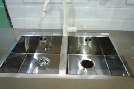 כיור למטבח עשוי נירוסטה NR113. כיור נירוסטה כפול למטבח - חור מהכיור.
