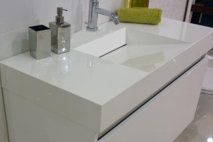ארונות אמבטיה לאחסון  6113. ארון לבן + כיור אקרילי פנים משופע.  גודל: 100*48.