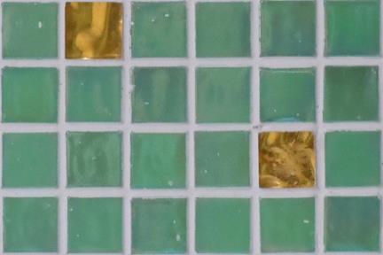 אריחי פסיפס לחיפוי קיר מזכוכית 3802. פסיפס זכוכית ירוק + זהב 1.5  גודל: 32.7*32.7.