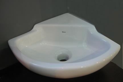 כיור קיר תלוי לאמבטיה L101. כיור פינתי משולש.  גודל: 30*30.