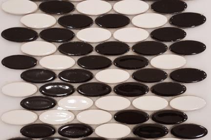 אריחי פסיפס לחיפוי קיר מקרמיקה 3130. פסיפס אליפסי שחור לבן מבריק.  גודל: 25.5*24.1