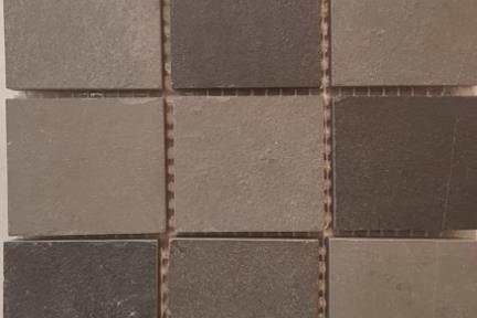 אריחי פסיפס לחיפוי קיר מאבן 3634. פסיפס 5*5 צפחה שחור-אפור.  גודל: 30*30.