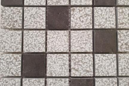 אריחי פסיפס לחיפוי קיר מאבן 3669. פסיפס 2.5 שחור + אפור מגורען.  גודל: 25*25