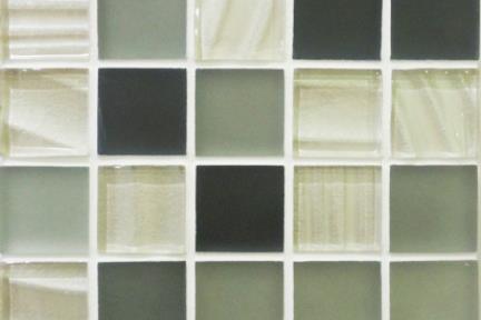 אריחי פסיפס לחיפוי קיר מזכוכית GL404. פסיפס זכוכית אפור-שחור-בז'