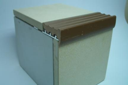 """פרופיל  למדרגה: PV104. מידה: 1.1X250 ס""""מ  עומק: 3.5 ס""""מ  פרופיל PVC חום(בסיס אלומניום)  שימוש: קצה מדרגה"""