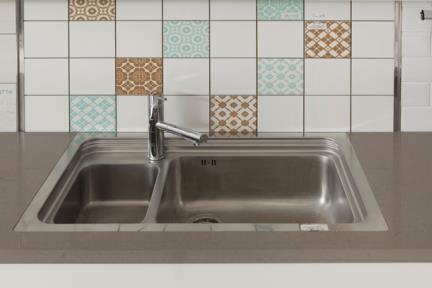 כיור למטבח עשוי נירוסטה NR109. כיור אחד וחצי, נירוסטה עם חור לברז.  גודל: 55.3*87.3.