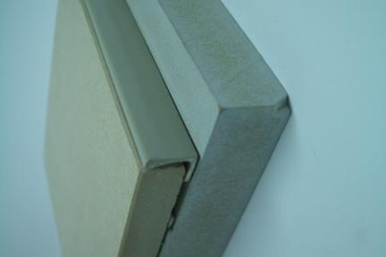 דוגמה לסיומת עליונה. מתאים בעיקר למקומות שאריחי הקיר מרוצפים בגובה נמוך.  הפרופיל נועד למנוע שיראו את גמר האריח העליון.