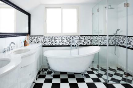 חדר אמבטיה מאסטר. חדר אמבטיה מעוצב בסגנון קלאסי שחור-לבן.  ריצוף: שחור לבן בגודל 25*25.  חיפוי: לבן בשילוב דקור טפאט ממוסגר עם קרניז שחור.  אמבטיה פרי סטנדינג עומדת על רגליים בשילוב ברז מהרצפה Bongio בעיצוב קלאסי.