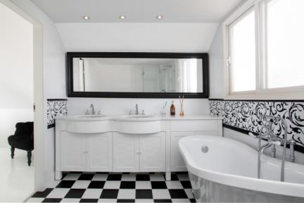 חדר אמבטיה מאסטאר. חדר אמבטיה מעוצב בסגנון קלאסי שחור-לבן.  ריצוף: שחור לבן בגודל 25*25.  חיפוי: לבן בשילוב דקור טפאט ממוסגר עם קרניז שחור.  כיור תחתון Duravit, בשילוב ברז Bongio מהמשטח בסגנון קלאסי, מסדרת Oxford
