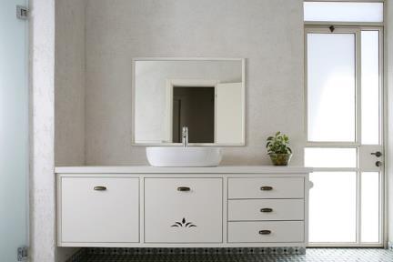 כיור מונח וארון אמבטיה. צלם: אדם בנימין