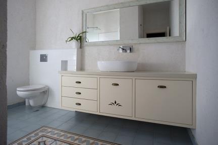 חדר שירותים- ריצוף ענתיקה. צלם: אדם בנימין