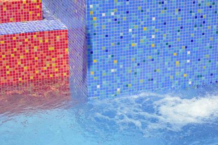 בריכת השחיה. פסיפסים בשלל צבעים   צילום: שי אדם