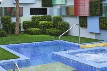 בריכת שחיה. מדרגות   צילום: עמית גרון