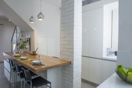 בית בסגנון מודרני. מטבח, חיפוי עמוד תמך באריחי בריק    צילום: אורית אלפסי.