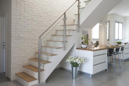 בית בסגנון מודרני. חיפוי מהלך מדרגות באריחי בריק    צילום: אורית אלפסי.