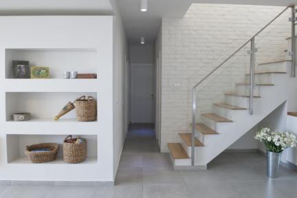 בית בסגנון מודרני. חיפוי מהלך המדרגות באריחי בריק.    צילום: אורית אלפסי.