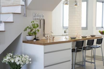בית בסגנון מודרני. מטבח    צילום: אורית אלפסי.