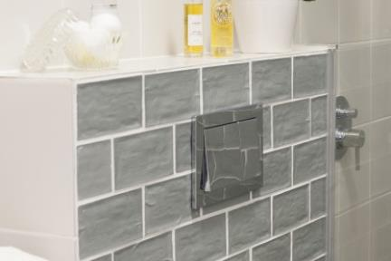 בית בניחוח כפרי. מקלחת הורים, חיפוי אסלה סמויה באריחים מלבנים בשיטת בניה.   צילום: אורית אלפסי.