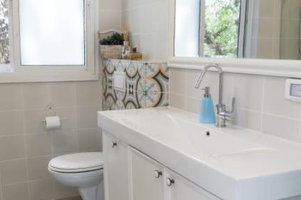בית בניחוח כפרי. מקלחת ילדים   צילום: אורית אלפסי.