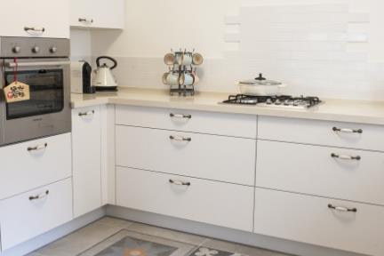 """בית בניחוח כפרי. מטבח, יצירת """"שטיח"""" בעזרת אריחים מצוירים.   צילום: אורית אלפסי."""