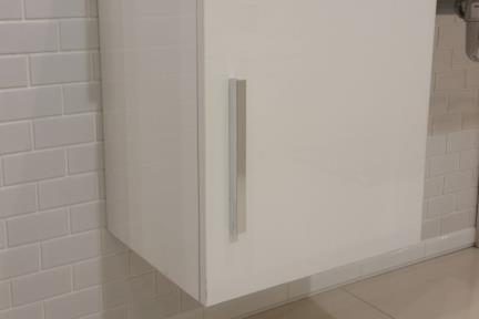 ארונות אמבטיה לאחסון  4040-1. ארון שרות קטן תלוי לבן מבריק.  גודל: 40*40.