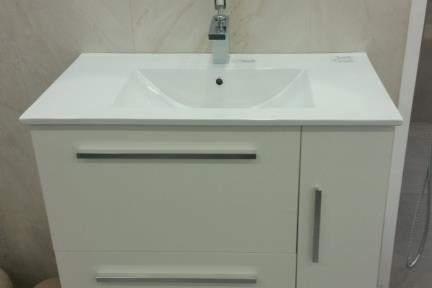 ארונות אמבטיה לאחסון  6870-1. ארון לבן תלוי עם כיור חרס.  גודל: 46*80.