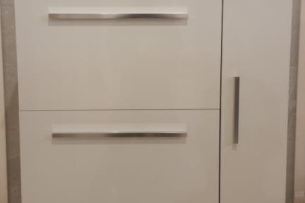 ארונות אמבטיה לאחסון  6871-2. ארון לבן עם כיור חרס מונח.  גודל: 46*80.