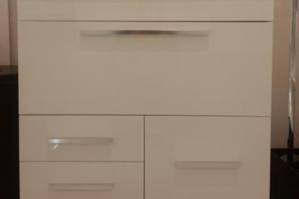 ארונות אמבטיה לאחסון  6873-1. ארון לבן עם כיור חרס מונח.  גודל: 46*80.