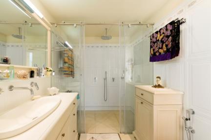בית ברעננה. חדר אמבטיה.    צילום: גדעון לוין.