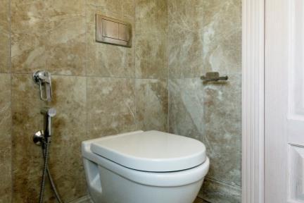 בית ברעננה. חדר שירותים    צילום: גדעון לוין.