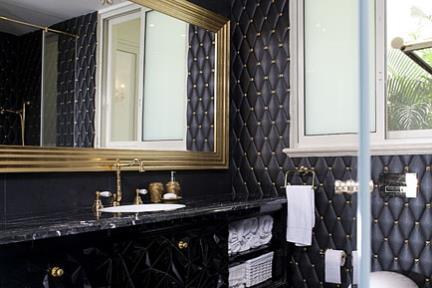 חדר מקלחת הורים. ריצוף שחור גאומטרי 60*60  חיפוי מעוינים דמוי עור שחור 20*10.  טוזטות מוזהבות 2*2.