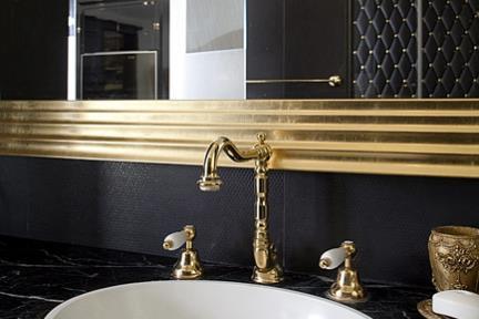 חדר מקלחת הורים. כיור אובלי בהתקנה שטוחה.
