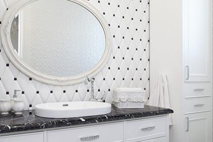 חדר מקלחת בנות. חיפוי מעוינים לבן מבריק 20*10.  טוזטות שחור מבריק 2*2.