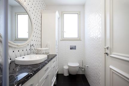 חדר מקלחת בנות. חיפוי ימני: מעויינים לבן מבריק 90*30.  ריצוף: שחור גאומטרי 60*60.