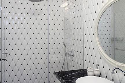 חדר מקלחת בנות. כיור אובלי חצי מונח.